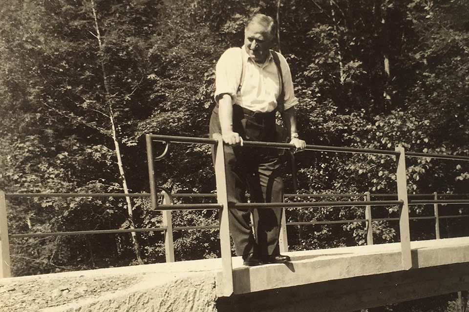Gründer Karl Gasser-Meier (Lemä Kari) inspiziert eine Brücke